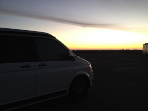 VW T5 California Edition Camping Frankreich November - Gruissan Mittelmeer Sonnenaufgang