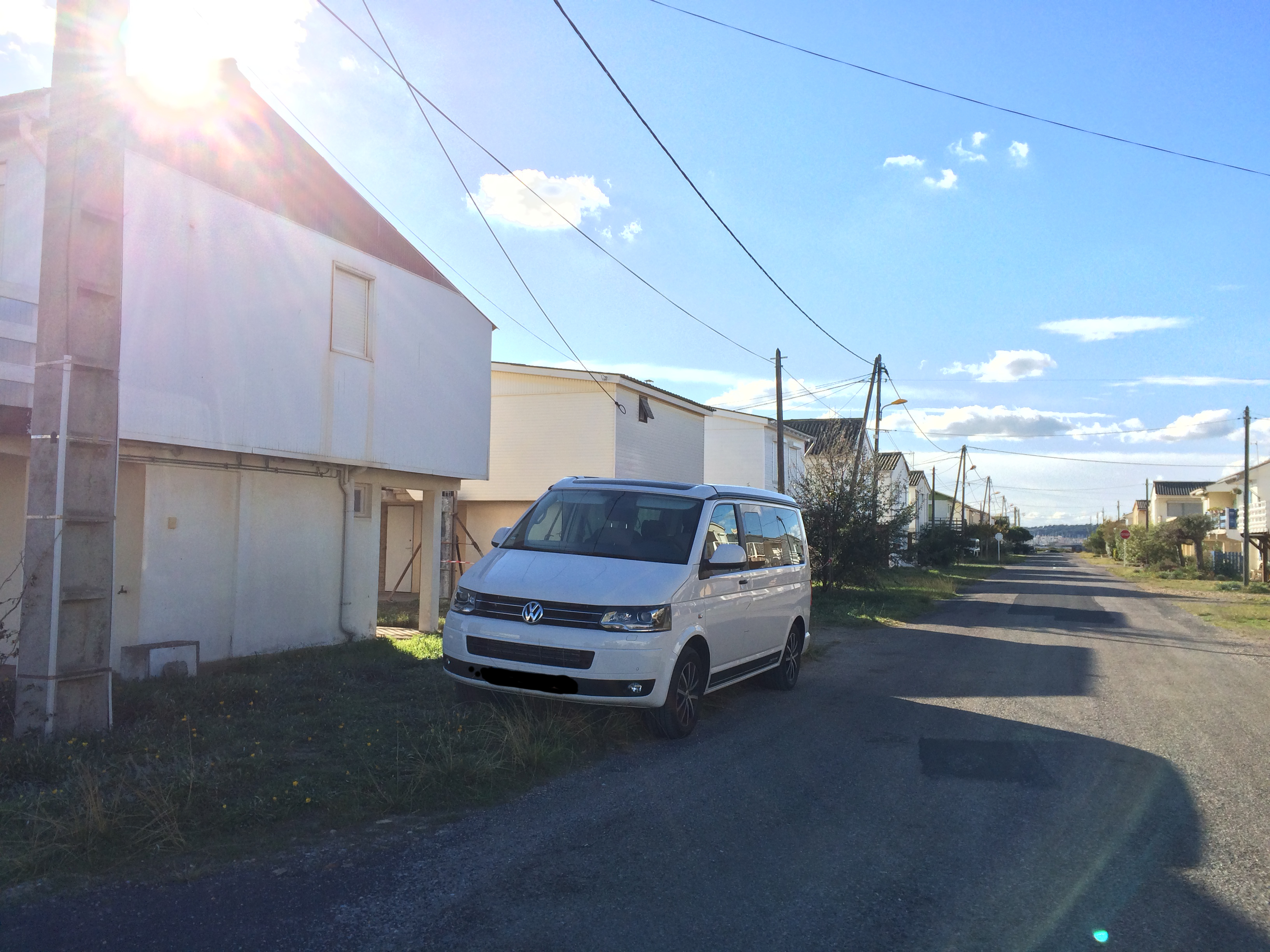 VW T5 California Edition Camping Frankreich November - Gruissan Plage Mittelmeer Küste Holzhäuser