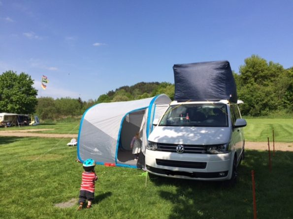 Reisen Camping Kinder Outdoor Campingplatz Roadtrip VW t5 T6 California Calicap Vorzelt Quechua